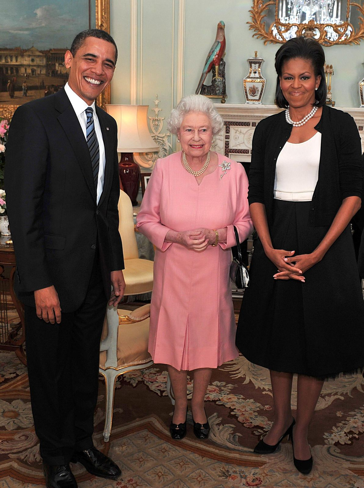 Barack Obama and his wife, Michelle Obama pose with Queen Elizabeth II at a reception at Buckingham Palace on April 1, 2009. | Photo: Getty Images.