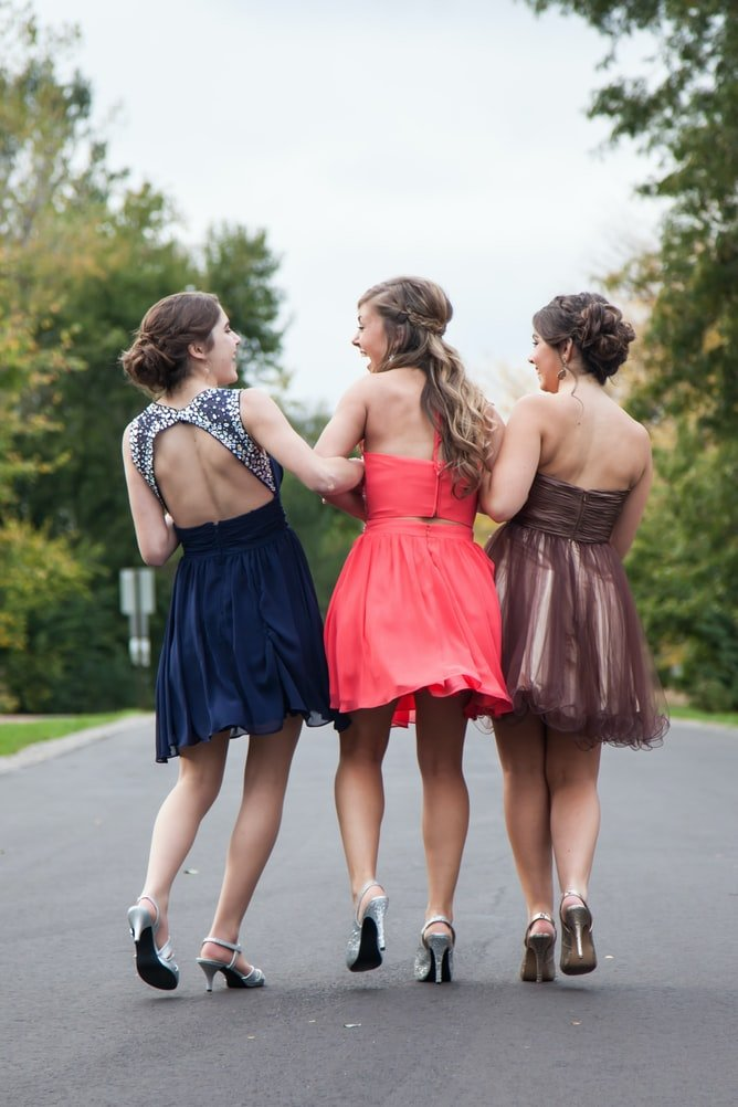Suddenly, he came across three young women who were nicely dressed and wearing high heels. | Photo: Unsplash