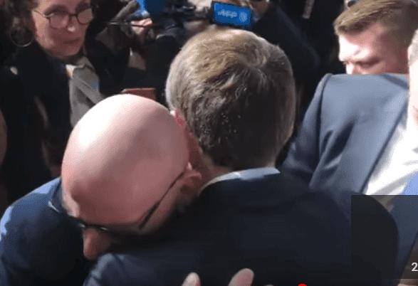 Emmanuel Macron prends un retraité dqns ses bras au Salon de l'Agriculture, le 23 févier 2019 | Photo: Youtube/BFMTV