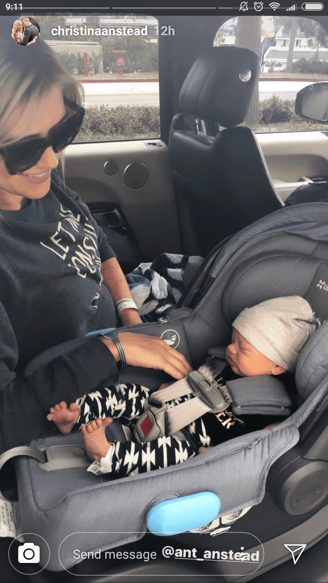 Christina Anstead on her way home from the hospital after giving birth to her baby boy, Hudson | Photo: instagram.com/christiananstead