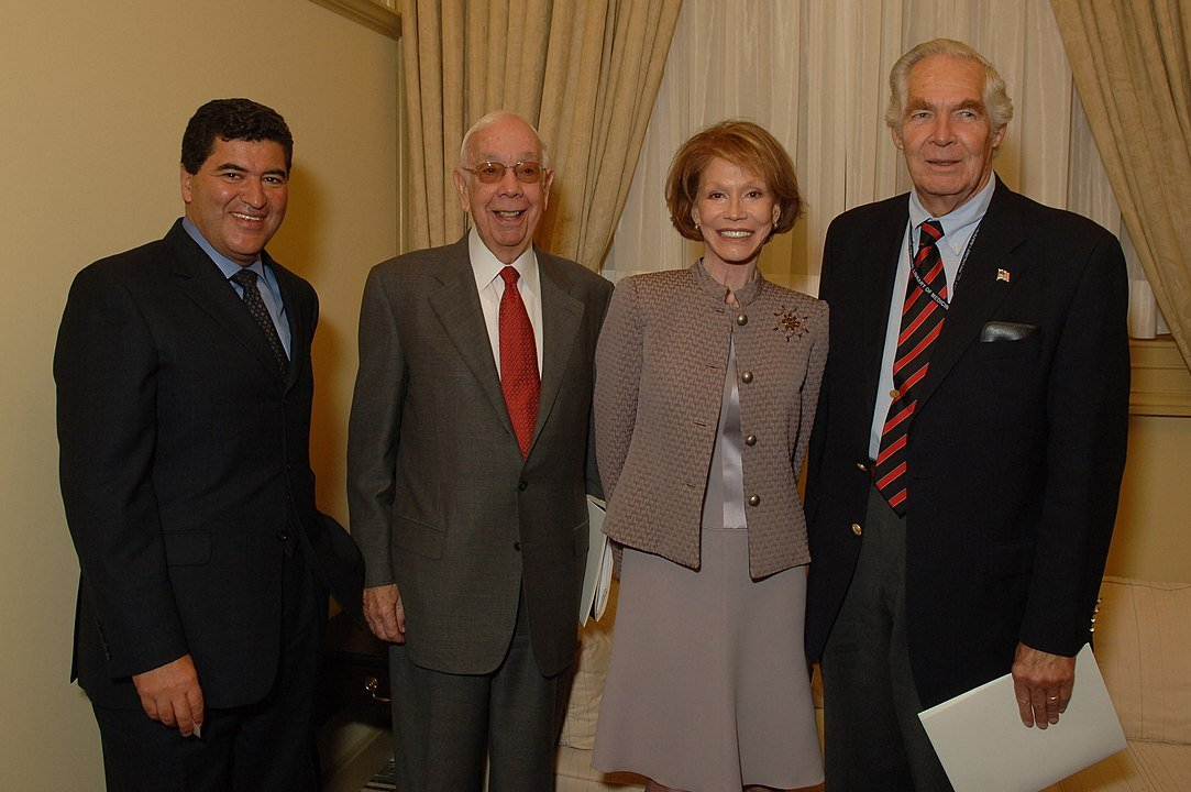 Mary Tyler Moore with the officials of the National Institutes of Health in 2006 | Photo: Wikimedia Commons Images