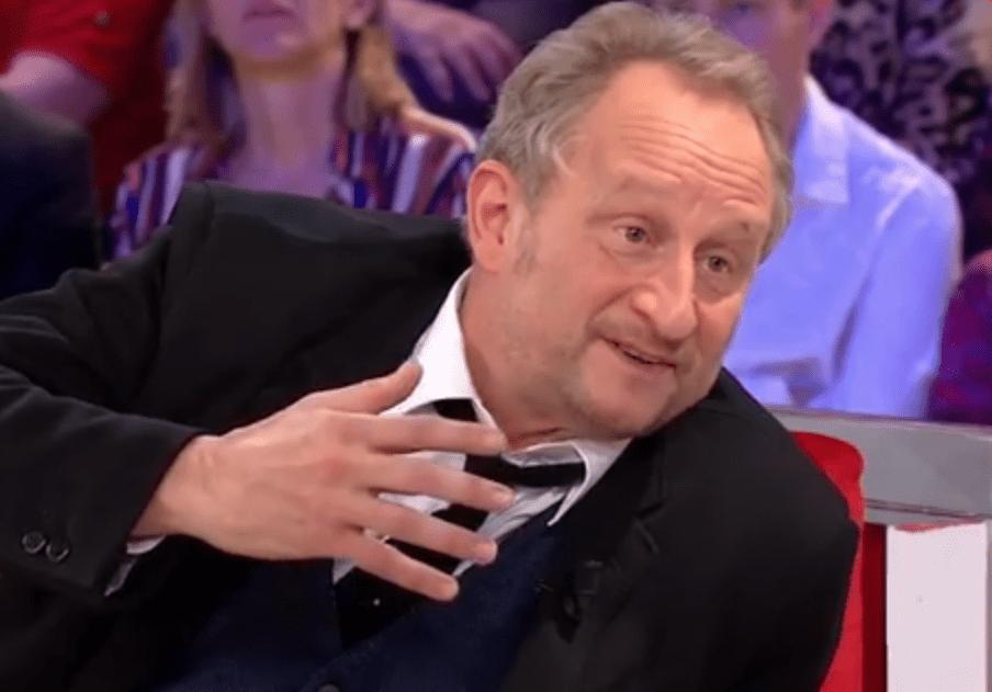 Benoît Poelvoorde, en admiration devant Véronique Sanson, lui a adressé une incroyable déclaration sur le célèbre canapé rouge de Michel Drucker. | Capture d'écran Voici (Brightcove Player)