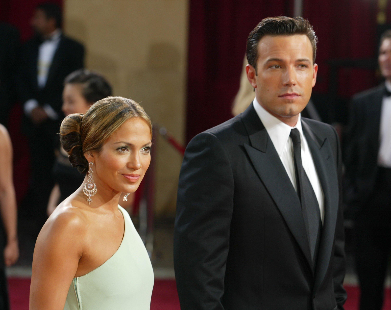 Jennifer López y Ben Affleck asisten a los 75° Premios de la Academia en el Teatro Kodiak en marzo de 2003 en Hollywood, California || Fuente: Getty Images
