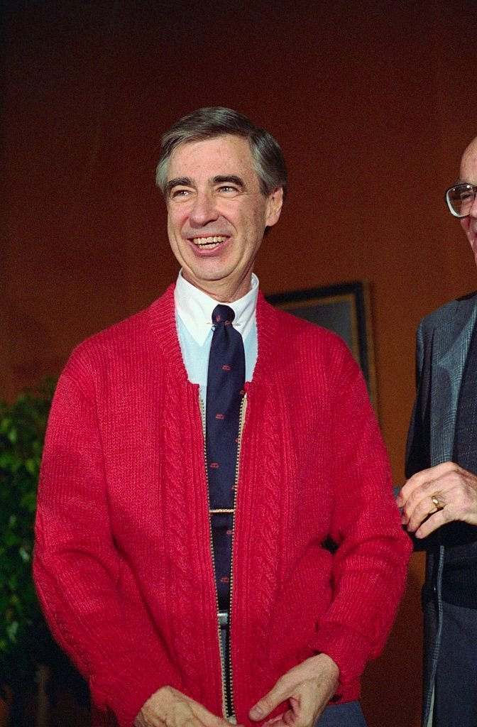 Fred Rogers donates his famous red cardigan sweater to the National Museum of American History, Smithsonian Institution on November 20, 1984 | Photo: Bettmann/Getty Images