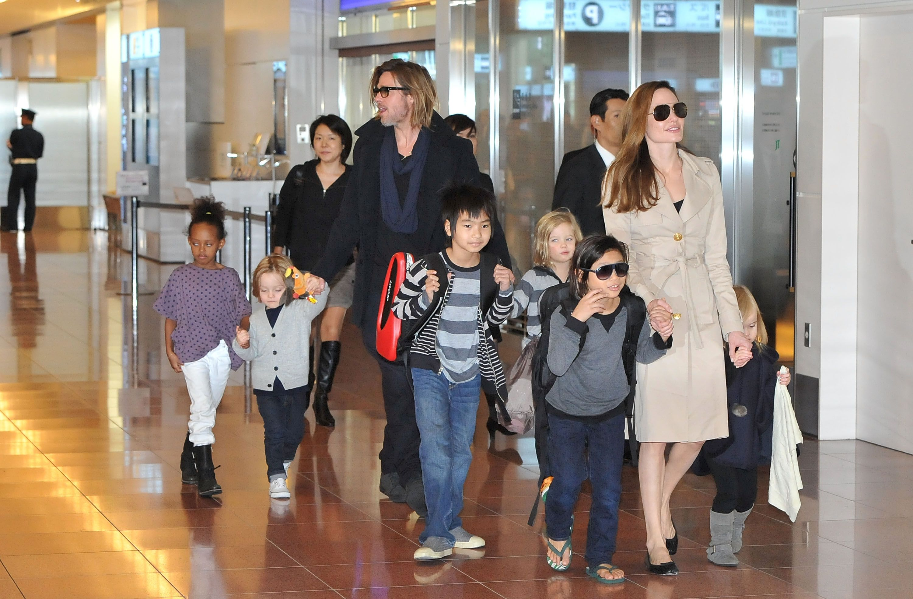 Brad Pitt, Angelina Jolie and their six children Maddox, Pax, Zahara, Shiloh, Knox, and Vivienne at Haneda International Airport on November 8 | Photo: Getty Images