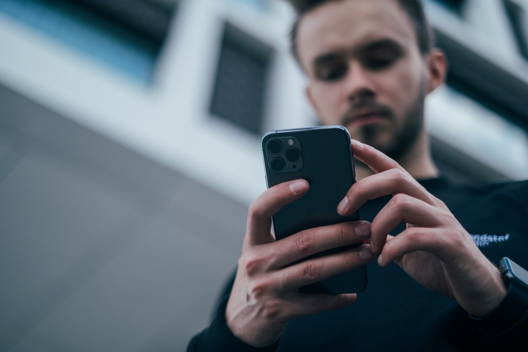Man with a cell phone | Source: Unsplash