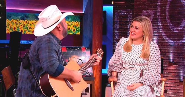 Kelly Clarkson Moved to Tears after Garth Brooks Sings Acoustic Version of Bob Dylan's 'To Make You Feel My Love' on Her Talk Show