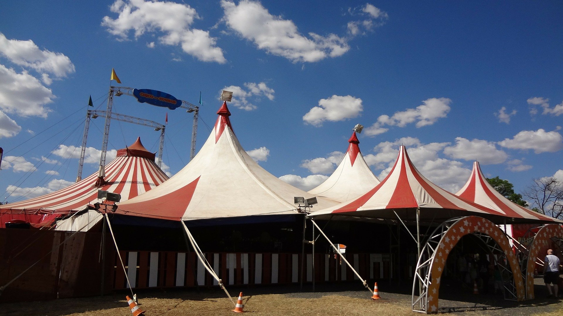 A big red-and-white circus tent pitched in an open area | Photo: Pixabay/Claudio Kirner