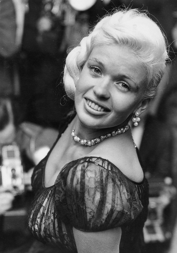 Jayne Mansfield at the Dorchester Hotel in London in September 1957 | Source: Getty Images