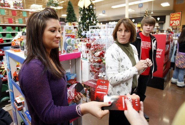 Willow Palin, daughter of former Alaska Gov. Sarah Palin, gave out bookmarks to people during her mother's book signing at Dillons Marketplace in Andover, Kansas | Photo: Getty Images