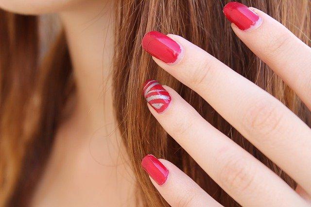 Esmalte de uñas rojo. Fuente: Pixabay