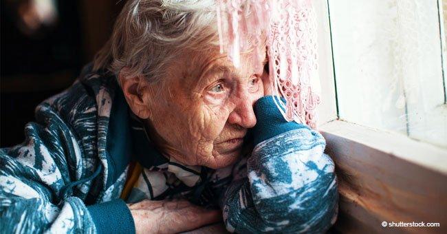 Policía intenta rescatar a abuela de 65 años encadenada por su familia para que no bebiera