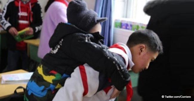 """""""Si no lo ayudo, nadie lo hará"""": niño de 12 lleva a su amigo discapacitado a clases durante 6 años"""