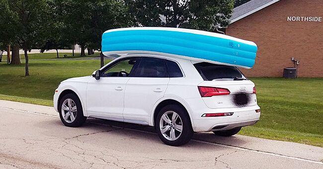 Une mère qui a mis ses enfants dans une piscine gonflable en conduisant, arrêtée