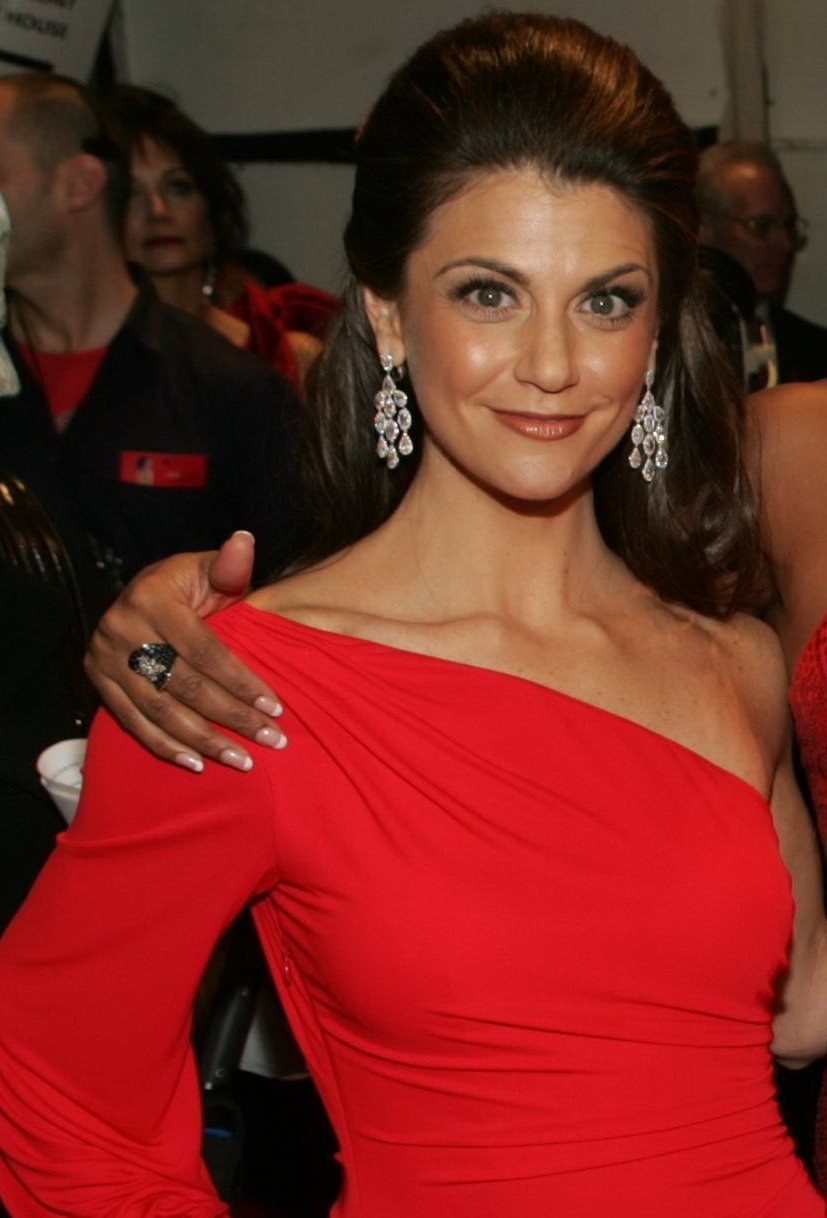 Samantha Harris back stage at the 2009 Heart Truth fashion show. | Source: Wikimedia Commons