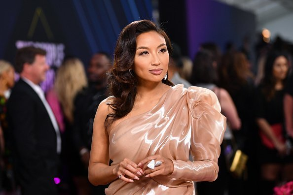 Jeannie Mai arriving to the 2019 E! People's Choice Awards held at the Barker Hangar.| Photo: Getty Images.