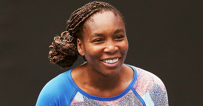 Venus Williams Flaunts Her Long Legs in Navy Blue Pants with a Gray Jumper & Headband (Video)