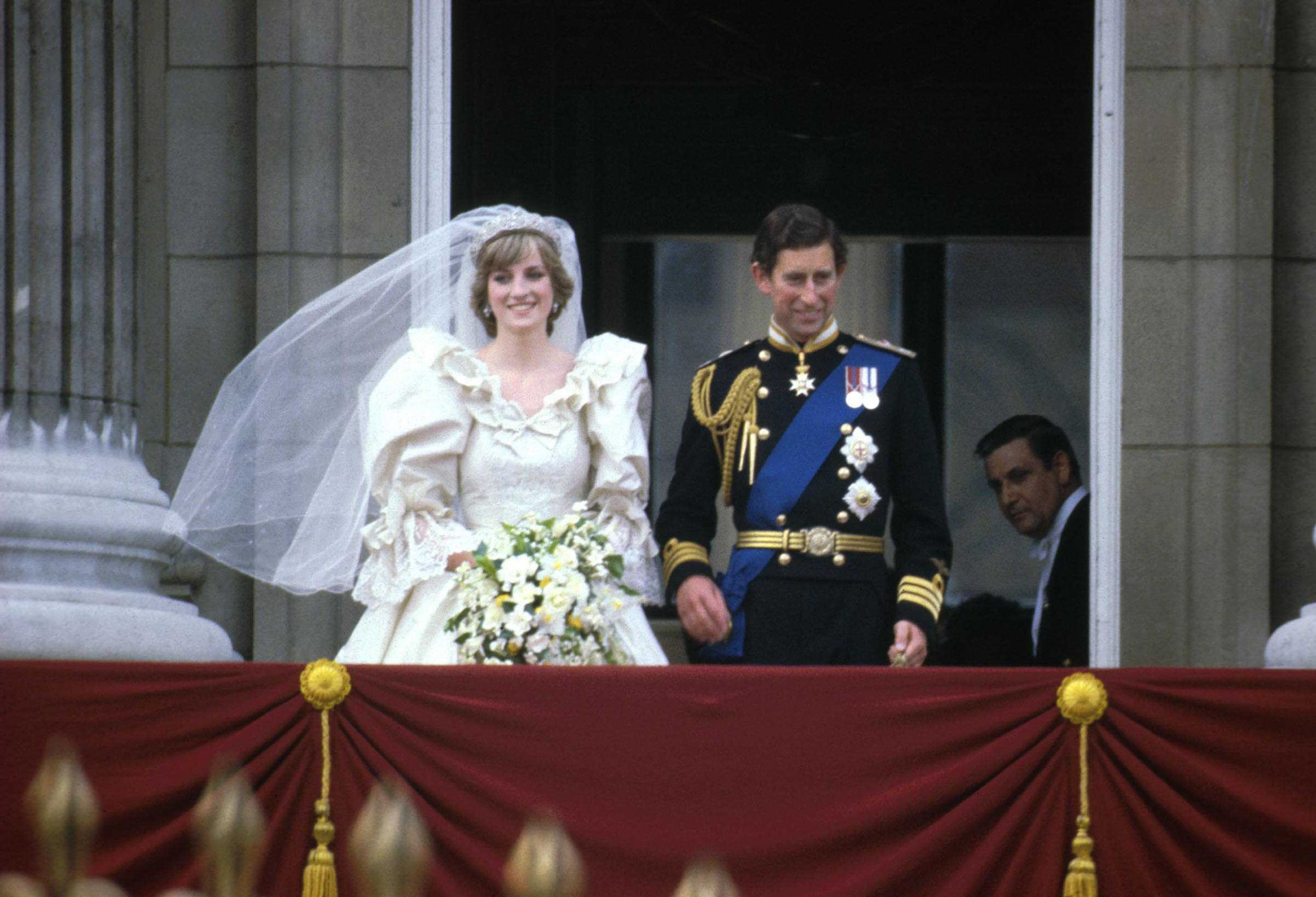 Prince Charles and Princess Diana on the balcony of Buckingham Palace after their wedding ceremony at St. Paul's Cathedral, London, England on July 29, 1981 | Photo: Express Newspapers/Getty Images