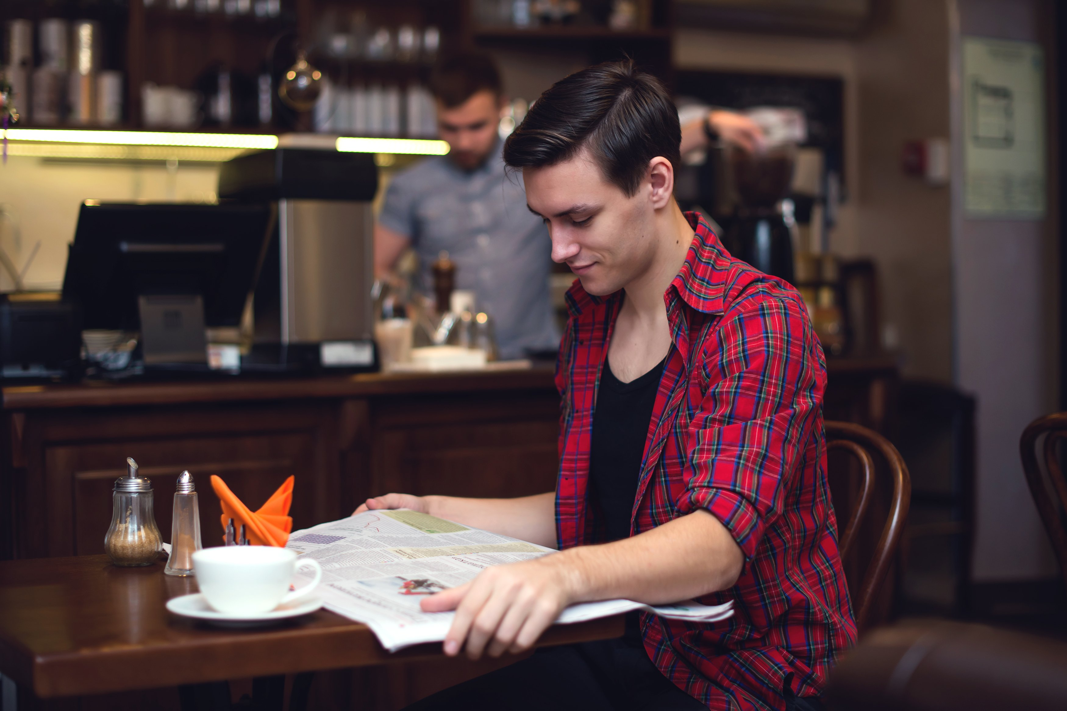 Un jeune homme prenant un verre | Photo : Shutterstock