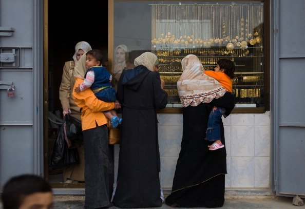 https://www.gettyimages.fr/detail/photo-d'actualit%C3%A9/iraqi-women-stand-outside-a-gold-shop-february-17-photo-dactualit%C3%A9/451602644