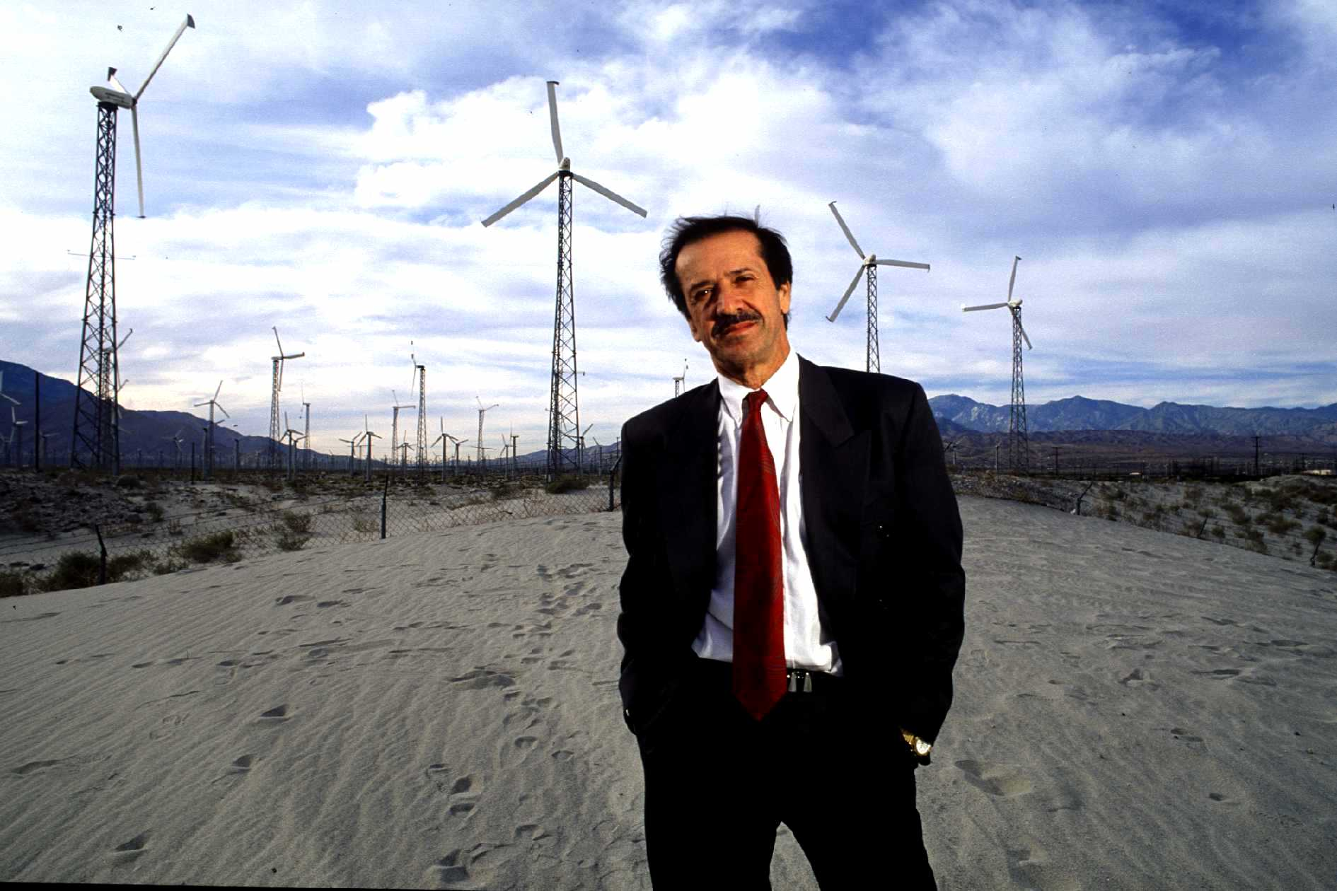 Sonny Bono poses near with Wind Farm fields in 1991 | Photo: Getty Images