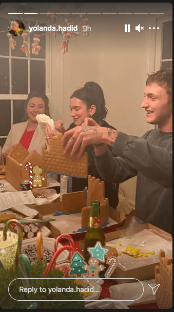 A picture of Anwar Hadid and Dua Lipa while building a gingerbread house | Photo: Instagram/yolanda.hadid