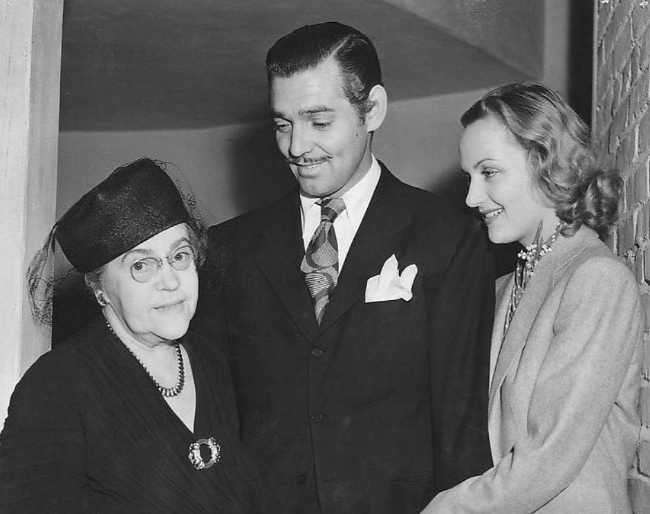 Lombard's mother Bessie, Clark Gable, and Carole Lombard. I Image: Wikimedia Commons.