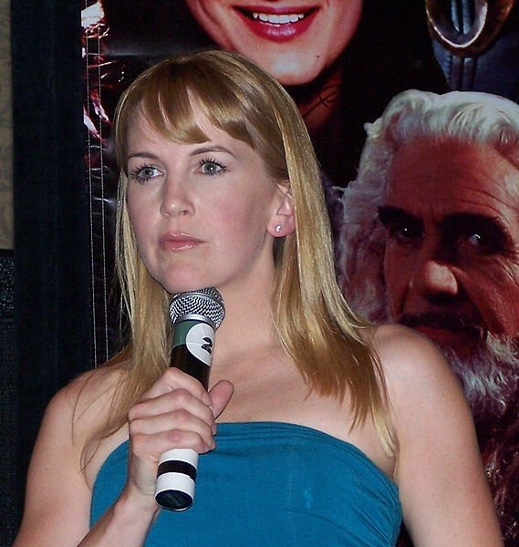 Renee O'Connor on stage at a Xena Convention in NJ. | Source: Wikimedia Commons