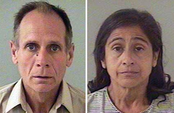 Phillip Garrido y su esposa Nancy Garrido poco después de su arresto el 27 de agosto de 2009 en Placerville, California. | Imagen: Getty Images