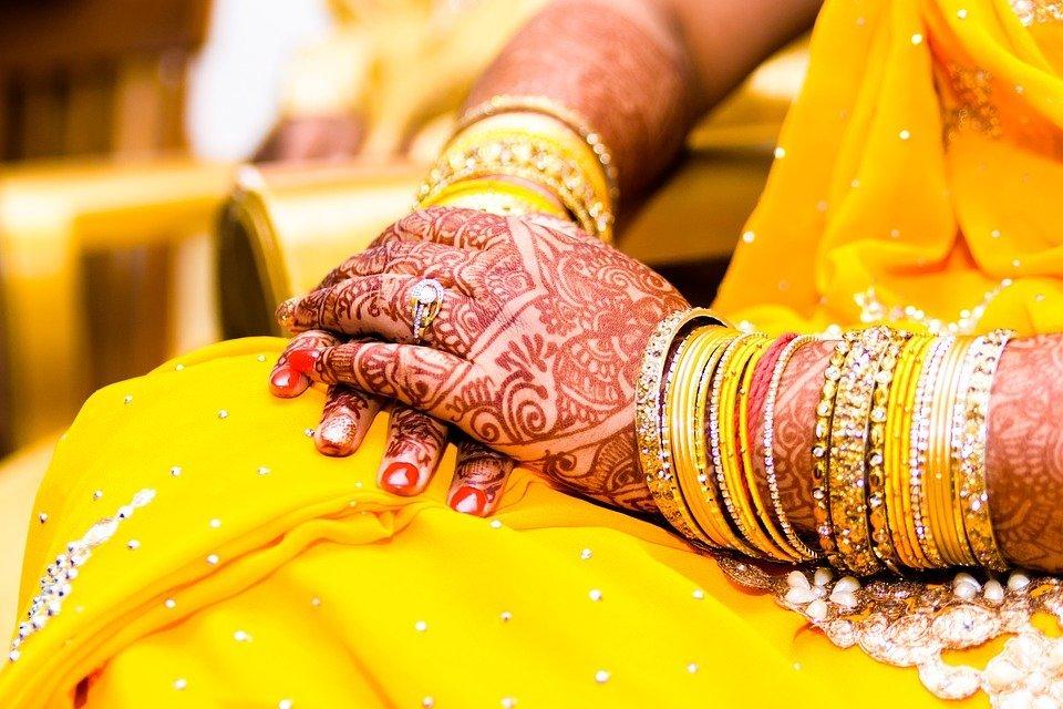 Mujer india usando joyas.  Imagen: Pixabay
