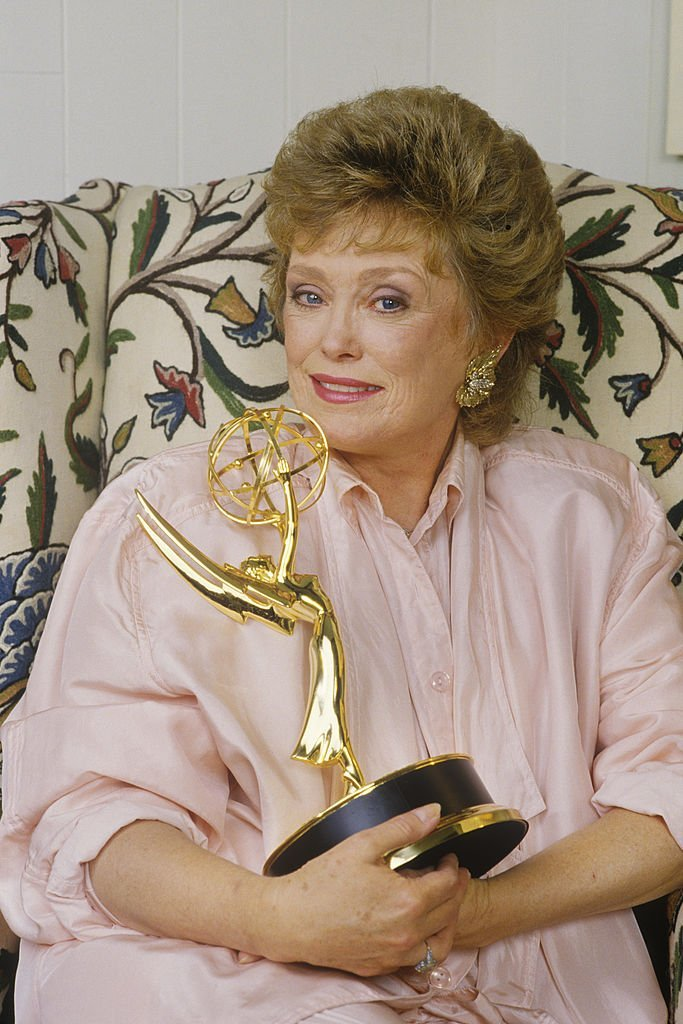 Rue McClanahan holding her Emmy Award | Getty Images