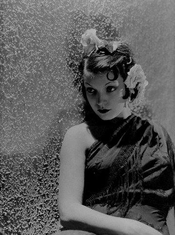 Conchita Montenegro, famosa actriz española, recostada de una pared. Año 1929. | Imagen: Flickr