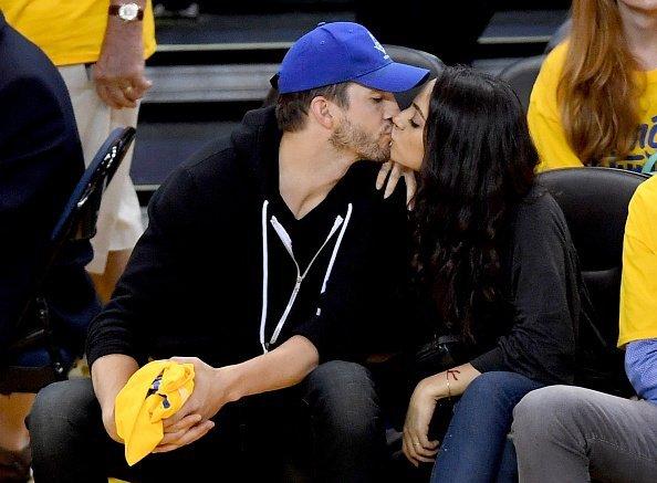 Ashton Kutcher, Mila Kunis, 2016 NBA Finals, 2. Spiel | Quelle: Getty Images