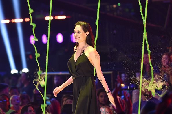 Angelina Jolie accepts her award at the Nickelodeon Kids' Choice Awards | Source: Getty Images/GlobalImagesUkraine