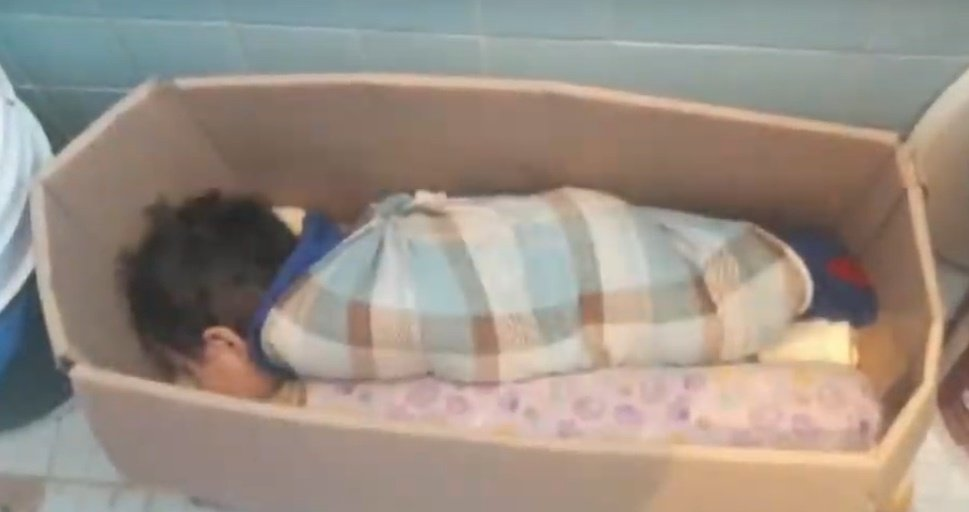 Bebé castigada en caja.| Imagen tomada de: YouTube/Primer Impacto