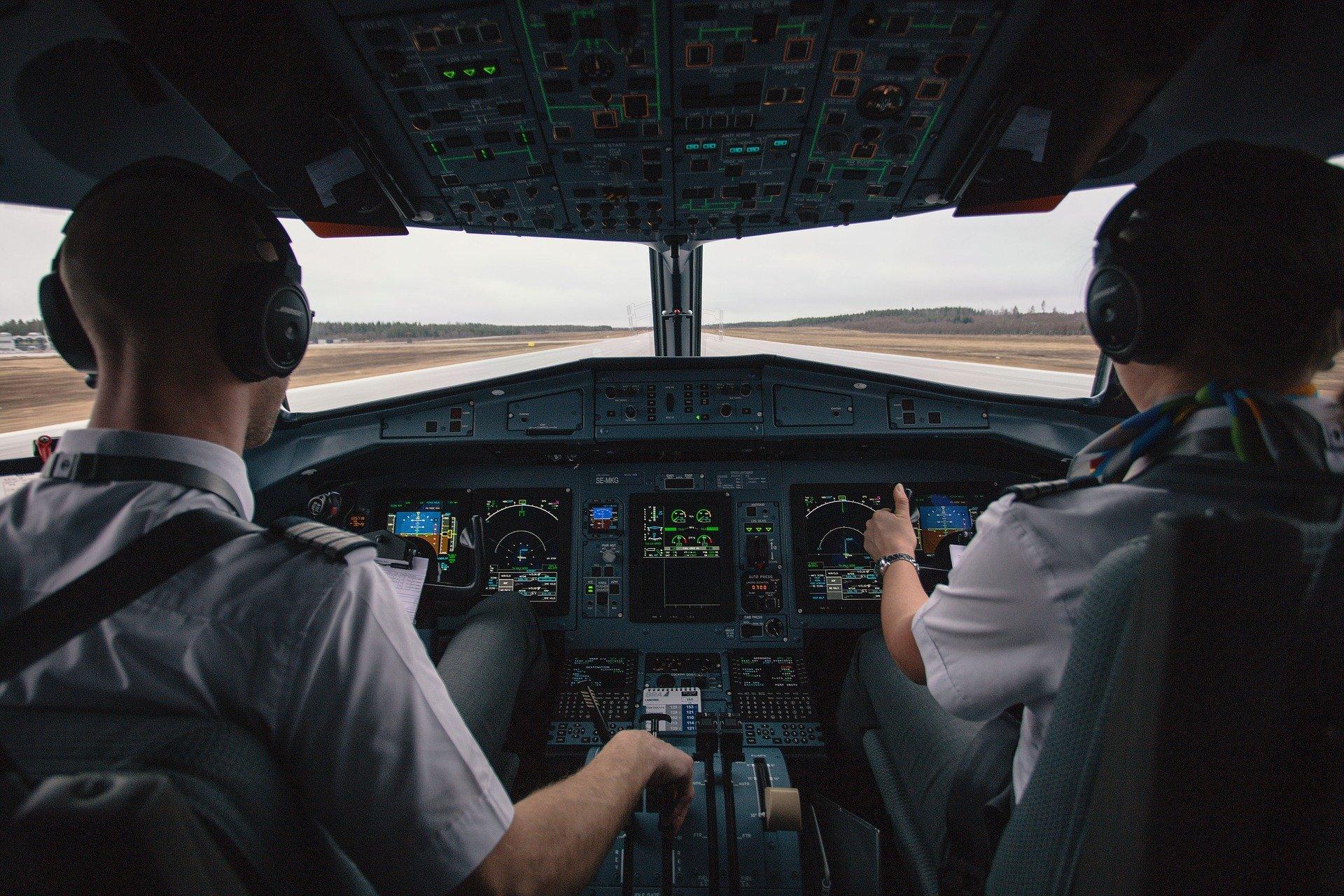 Cabine des pilotes d'un avion. | Photo: Pixabay