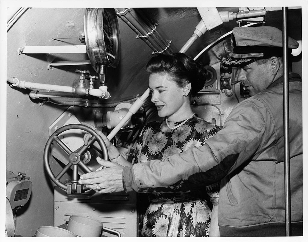 Glenn Ford gives Diane Brewster a personally escorted tour of the submarine when she visits the set of the film 'Torpedo Run', 1958. | Photo : Getty Images