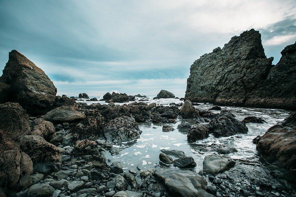 Formación de rocas entre el agua en la playa.   Imagen: Max Pixel