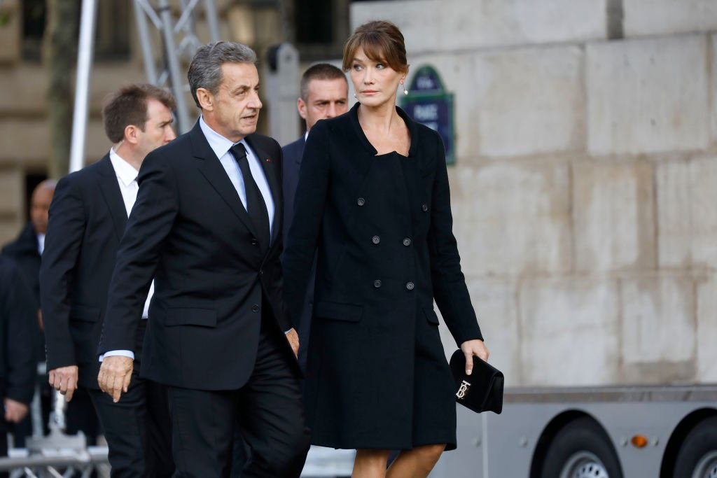 Nicolas Sarkozy et sa femme Carla Bruni Sarkozy assistent aux funérailles de l'ancien président français Jacques Chirac à l'église Saint-Sulpice le 30 septembre 2019. | Photo : Getty Images
