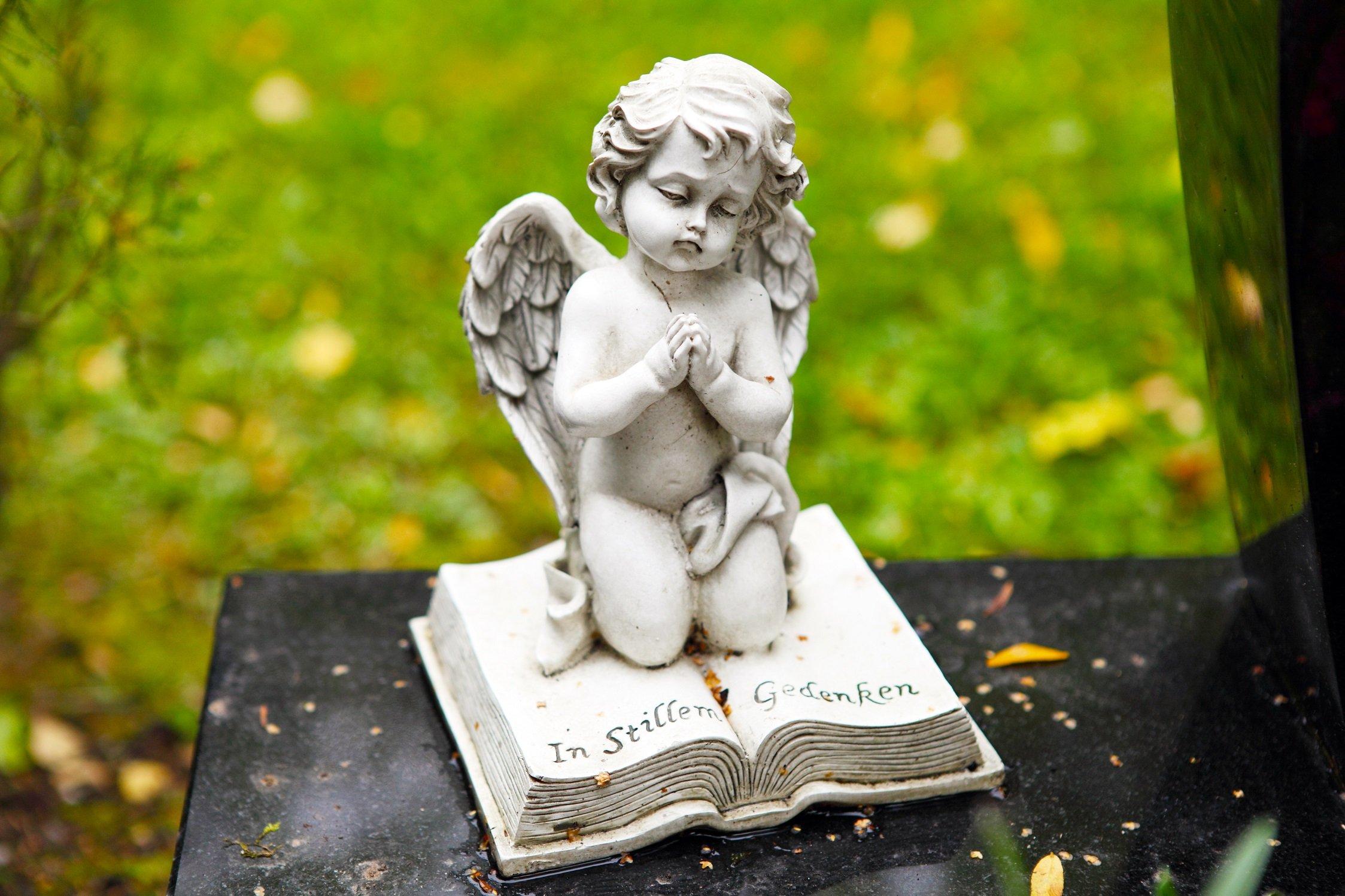 Querubín en cementerio || Fuente: Shutterstock