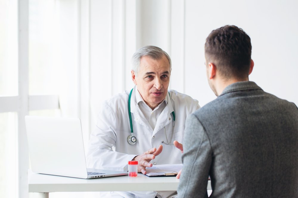 A senior doctor consults a patient. | Photo: Shutterstock