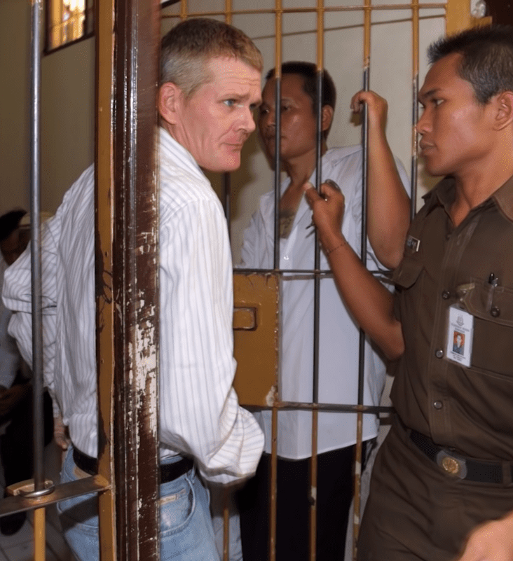 Gordon Ramsay seen with his brother, Ronnie, in a prison cell | Photo: YouTube/mashed