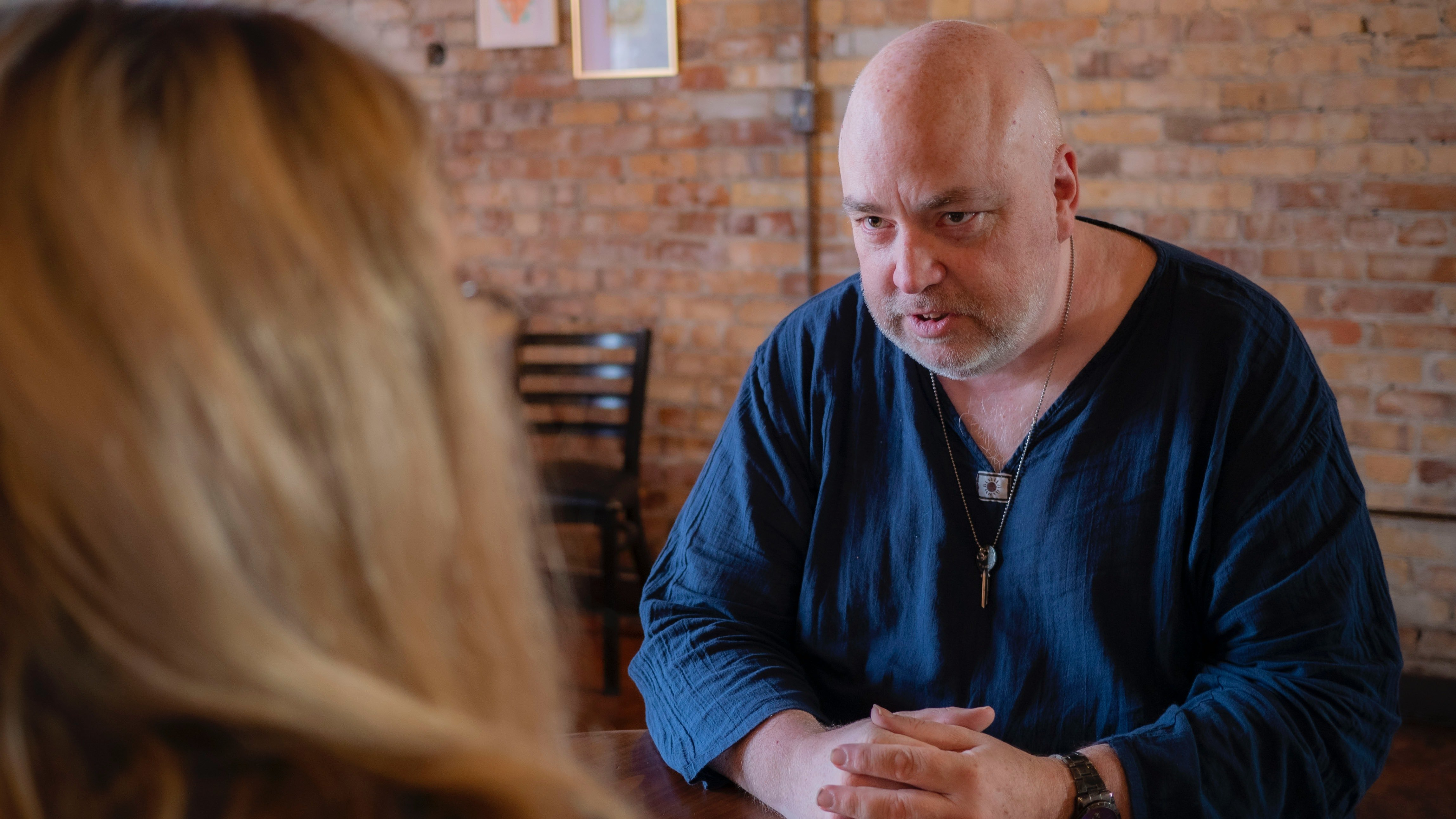 Infuriated man argues with a young woman   Photo: Pexels