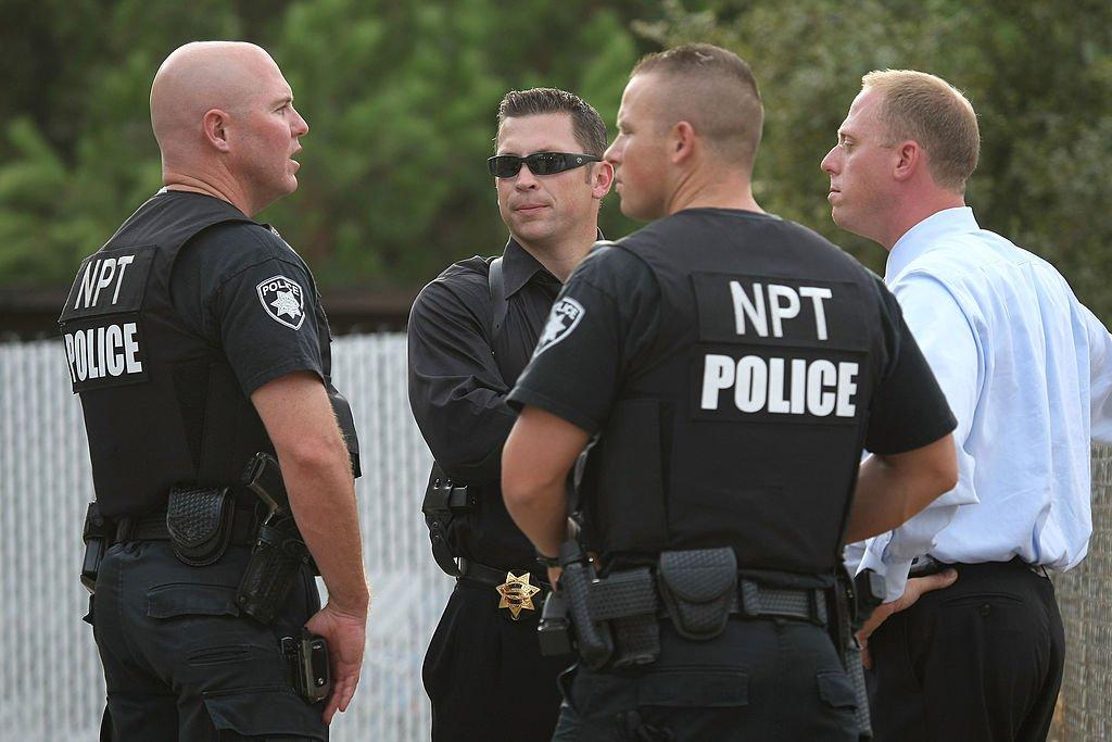 Agentes de la policía de California frente a la casa de Phillip Garrido mientras registran la propiedad el 28 de agosto de 2009 en Antioch, California. | Imagen: Getty Images