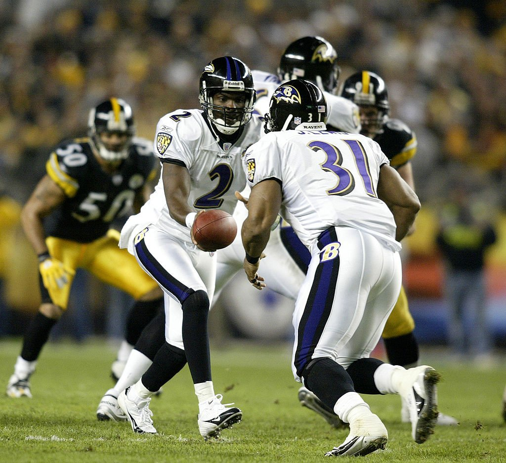 Baltimore Ravens Anthony Wright hands off to Jamal Lewis during action at Heinz Field in Pittsburgh, Pennsylvania on October 31, 2005. Photo: Getty Images/GlobalImagesUkraine