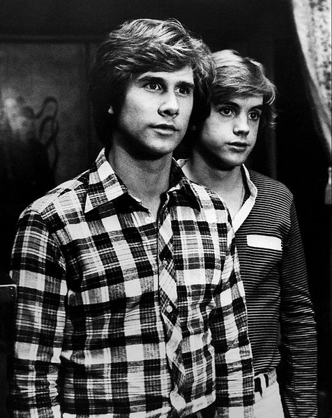 Parker Stevenson and Shaun Cassidy as the Hardy boys from the television series. | Source: Wikimedia Commons