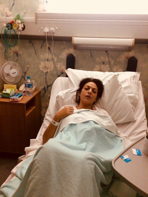 Nicole Elkabbas postrada en una cama.   Foto: Gofundme