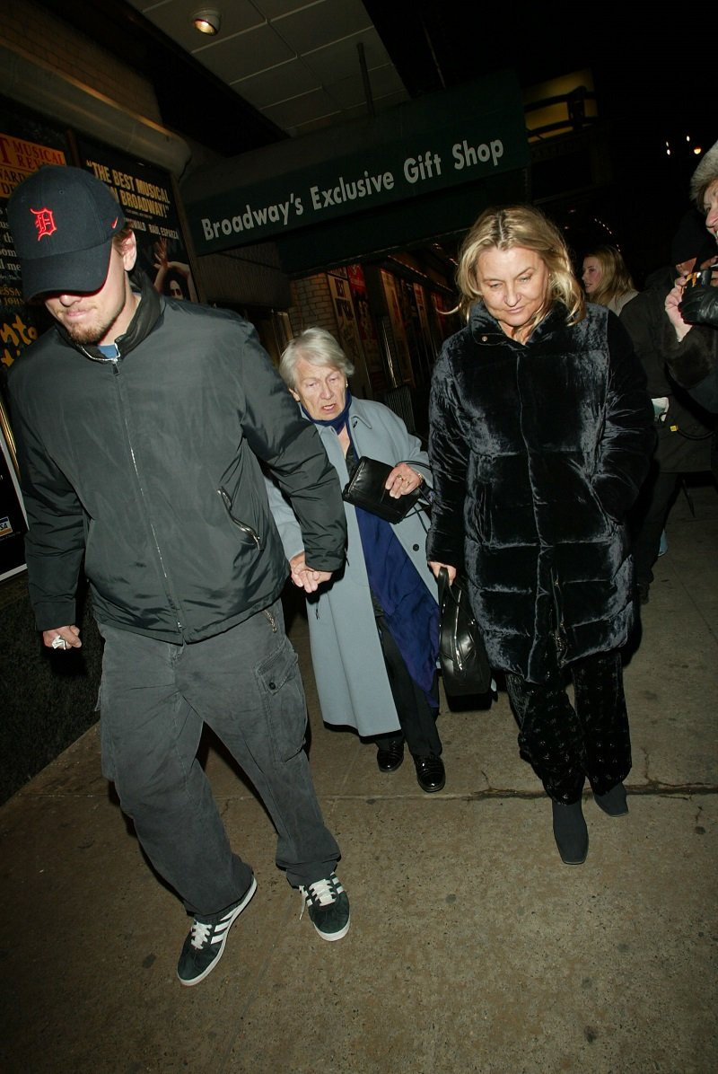 Leonardo DiCaprio with his grandmother and mother Irmalin at the Shubert Theatre, New York City on December 10, 2002 | Photo: Getty Images