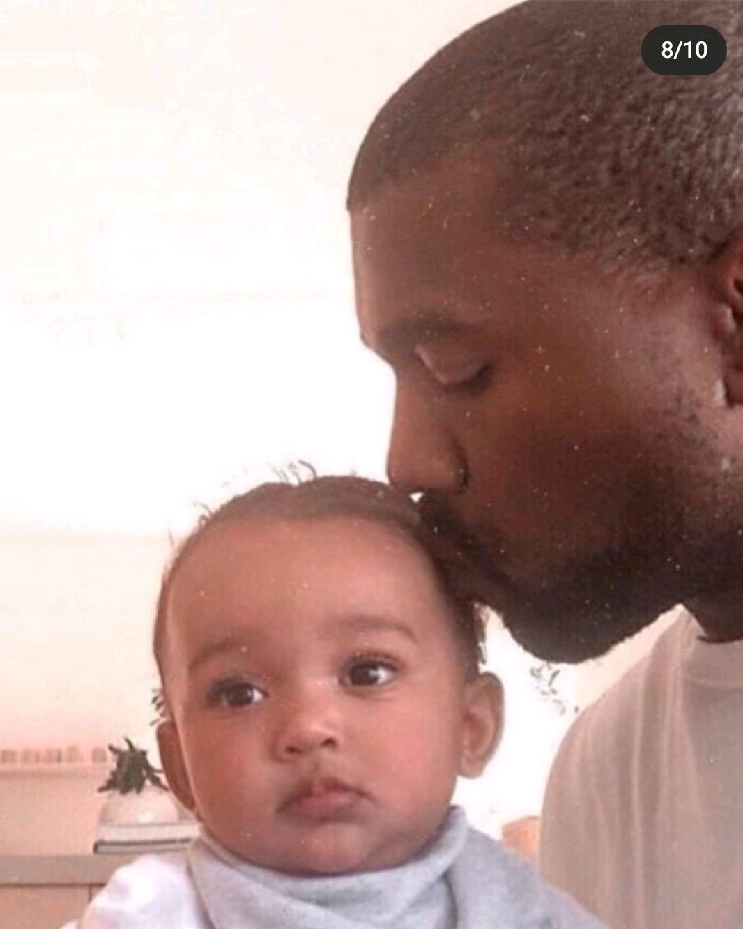 Photo of Kanye kissing his daughter, Chiicago. | Photo: Instagram / krisjenner