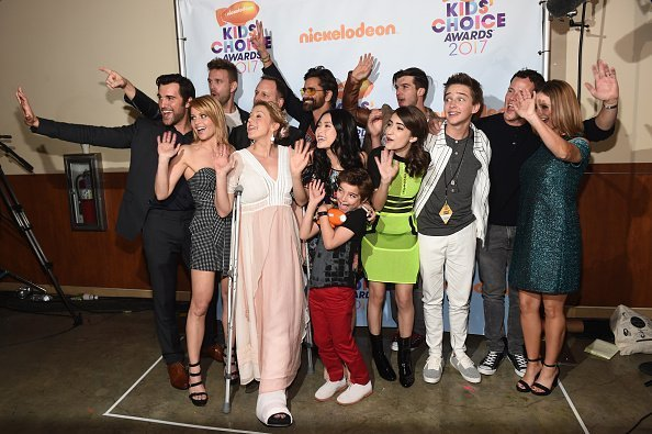 The cast of Fuller House poses backstage at Nickelodeon's 2017 Kids' Choice Awards at USC Galen Center on March 11, 2017 in Los Angeles, California | Photo: Getty Images